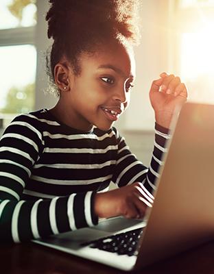 Los ojos clavados en la pantalla: ¿existe un tiempo ideal de conexión para niños y adolescentes?
